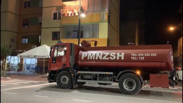 """Shpëthen bombula e gazit në një banesë në katin e tretë të lagjes """"15 Tetori"""" në qytetin e Fierit."""