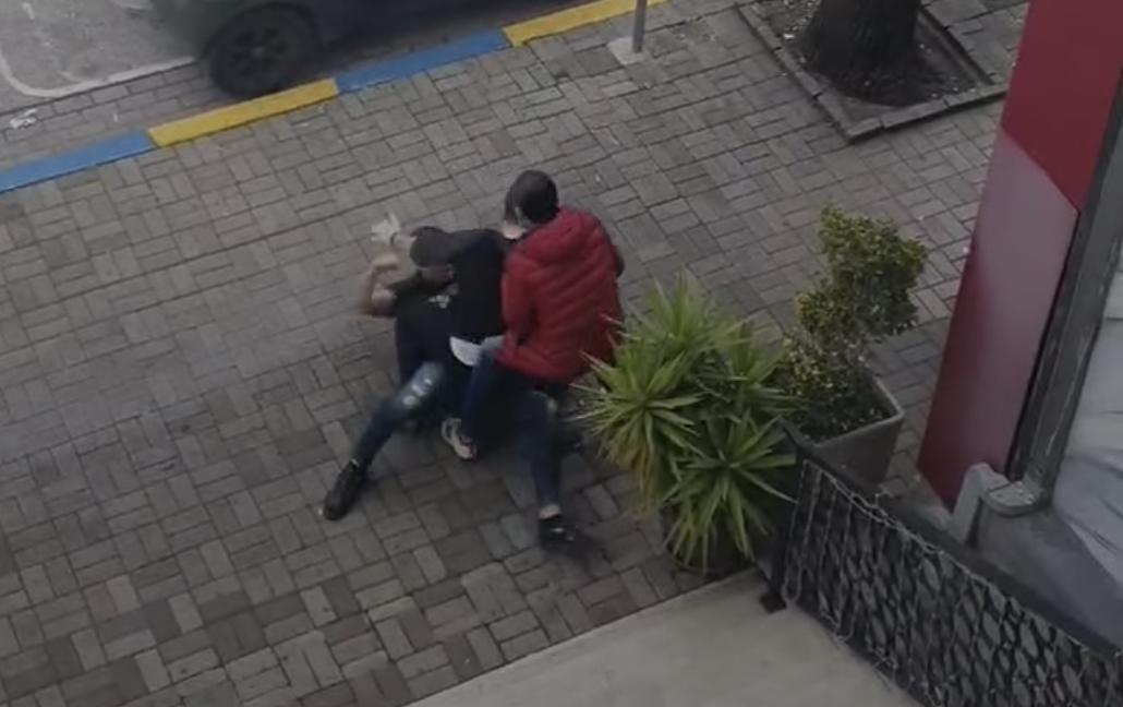 VIDEO/ Shkelma, grushta dhe përleshje mes makinave, të rinjtë nuk përmbahen gjatë sherrit në ish-Bllok