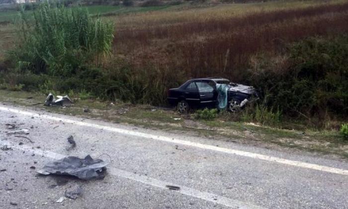 Fier/ mjeti del nga rruga në fshatin Qarr, humbin jetën dy persona.