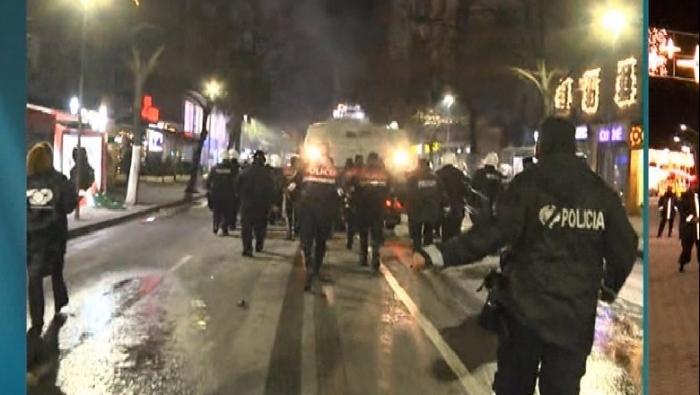 TAKTIKAT E POLICISË/ Si e shtypën protestën duke i ndjekur të rinjtë 'këmba-këmbës' në rrugët e ish-Bllokut, roli 'kyç' i CIVILËVE