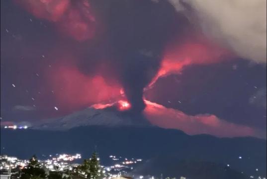 Riaktivizohet Vullkani Etna në ishullin e Sicilisë në Itali, Etna ka shpërthyer duke hedhur llavë e hi.