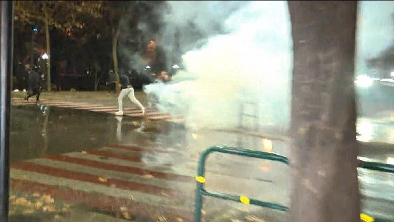 Hidhet gaz lotsjellës te Drejtori e Policë, FNSH bllokon rrugën nuk lejon kalimin e protestuesve