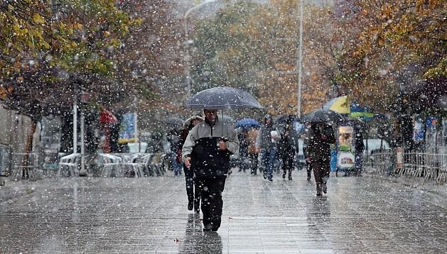 Mbani çadrën me vete sot, priten reshje shiu në gjithë vendin dhe dëborë në zonat malore