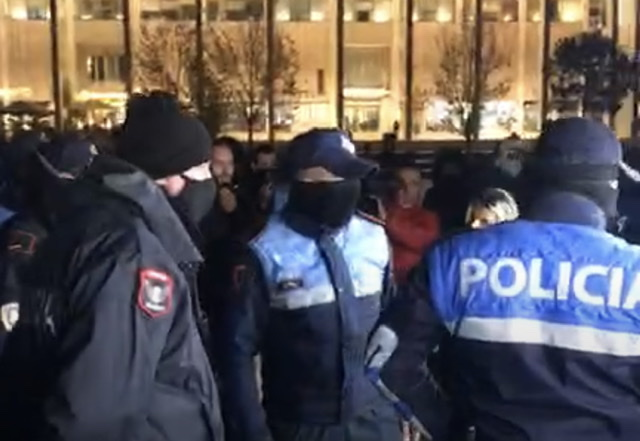 """Nis protesta e 5-të në Tiranë, të rinjtë grumbullohen në sheshin """"Skënderbej'"""