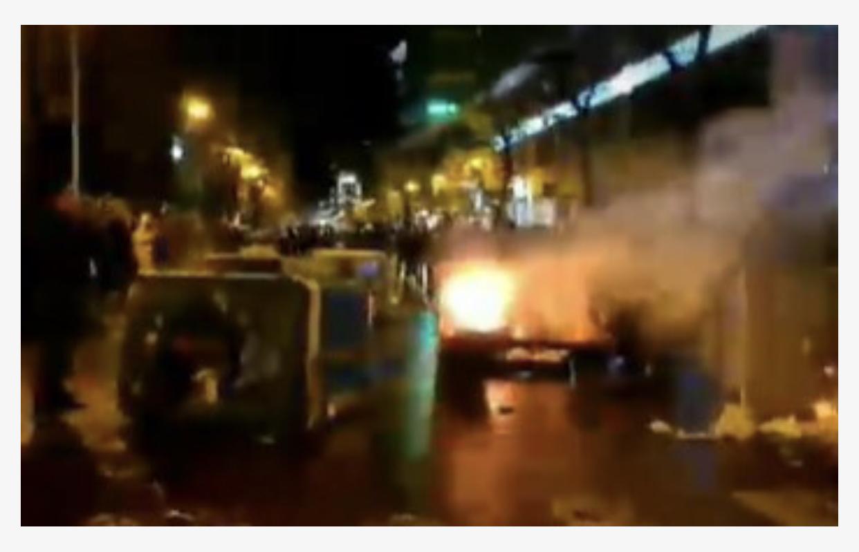 Protestuesit i vene flaken Ish Bllokut, godasin me sende të forta policinë, ata kundërpërgjigjen me gaz lotsjellës dhe