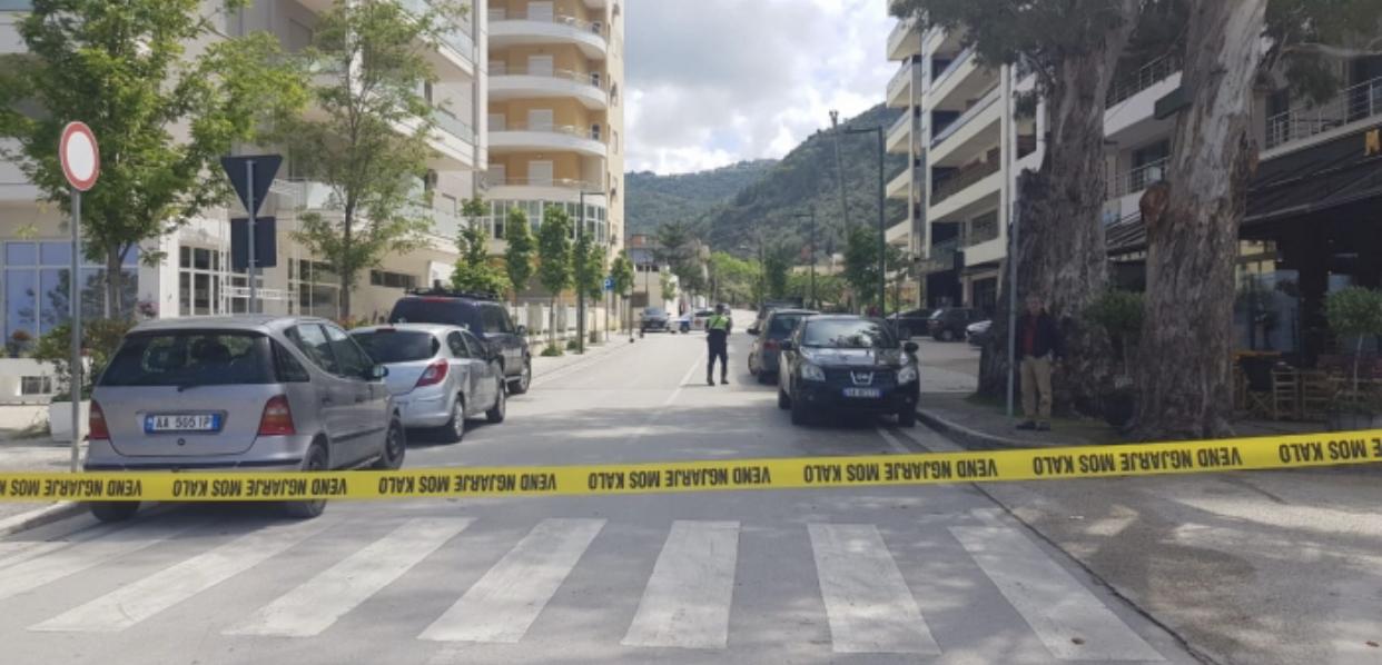 E rëndë në Vlorë, 15 vjeçari merr armën e babait dhe qëllon kunatin (EMRI)