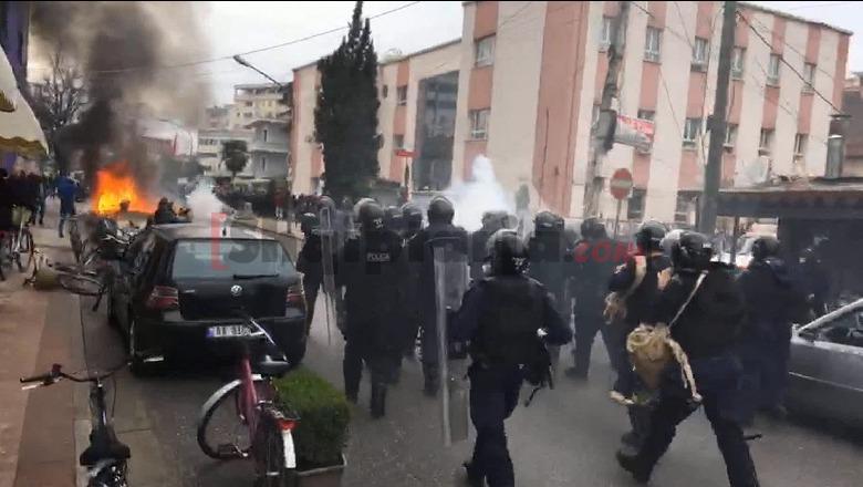 Ndërhyn FNSH hedh gaz lotsjellës, shpërndahen të rinjtë