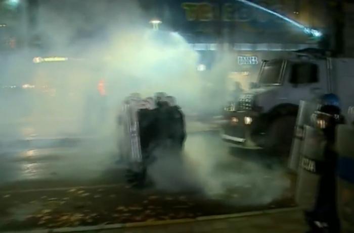 Tensionohet situata: Policia hedh gaz lotsjellës dhe ujë me presion, shoqërohen disa protestues