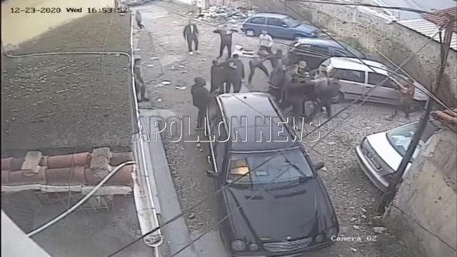 (VIDEO) Adoleshentët rrihen me njeri-tjetrin pranë qendrës se qytetit të Fierit