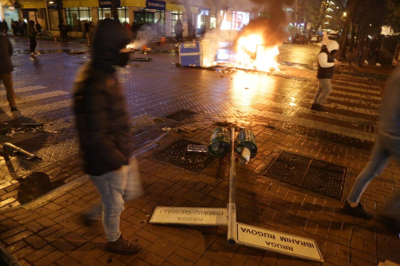 FOTO GALERI/ Gurë, zjarr dhe shkatërrim, pamjet nga protesta në Tiranë