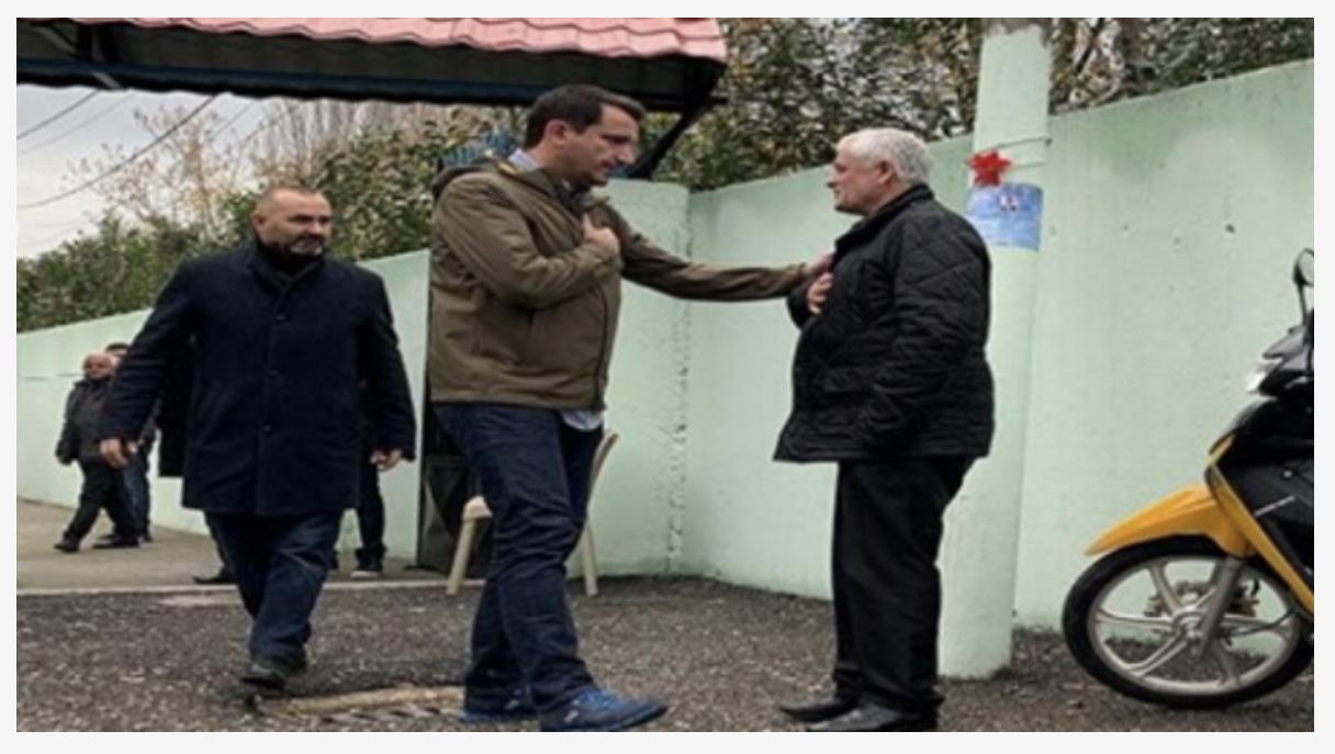 Erion Veliaj viziton familjen e Klodian Rashës mesditën e sotme i shoqëruar nga Ulsi Manja,