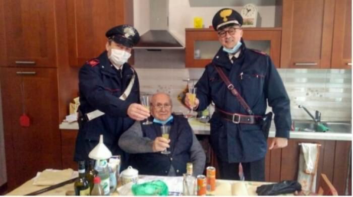 Itali/ 94-vjeçari s'ka me kë të festojë Krishtlindjet, telefonon policinë: Eja më takoni 10 minuta, jam vetëm…