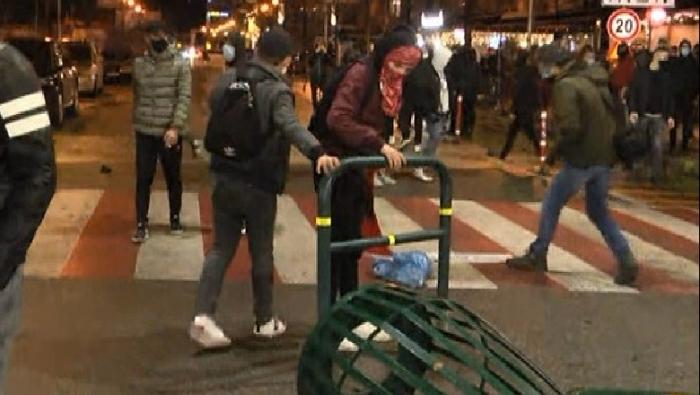 Protestuesit mblidhen në zonën e ish-Bllokut, shkatërrohen semaforët dhe tabelat (FOTO)