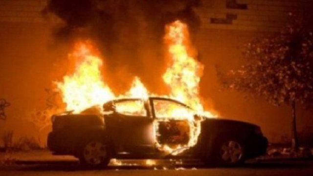 Shpërthen në flakë makina që po lëvizte në autostradë, dyshimet e para