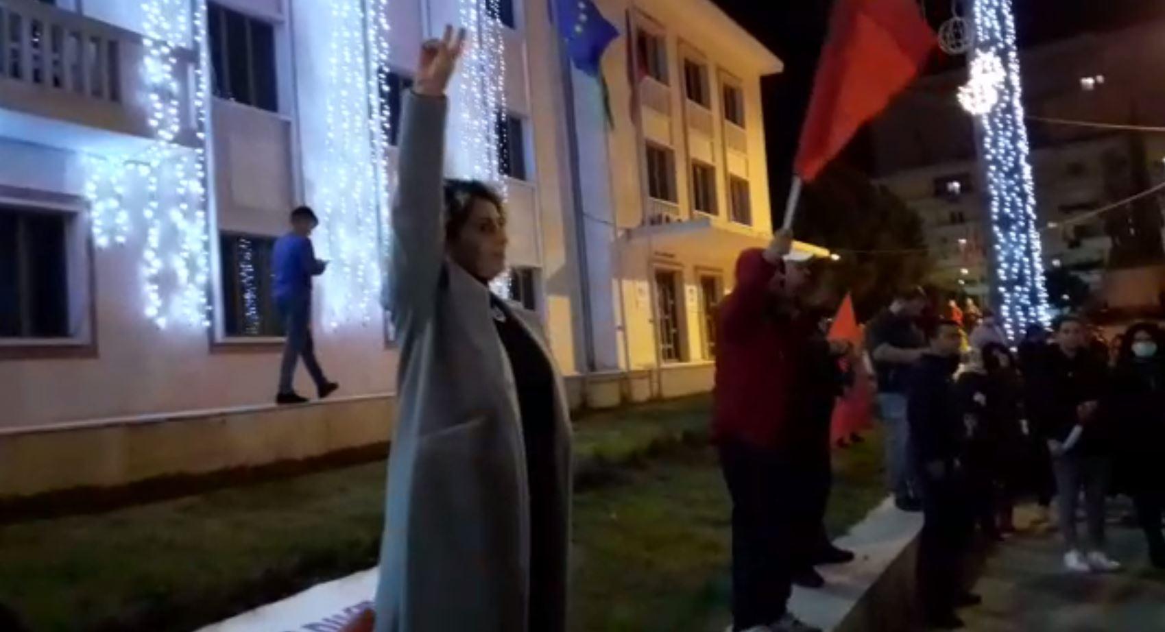 Me 2 gishta lart dhe thirrjet 'Rama Ik', protestuesit në Lushnje 'harrojnë' Klodjanin! Organizatorja: Takohemi në protesta të tjera