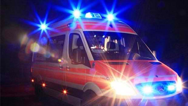 LAJM I FUNDIT/ Qëllohet me thikë 23-vjeçari në Durrës, tranportohet me urgjencë në spital, ja si është gjendja e tij