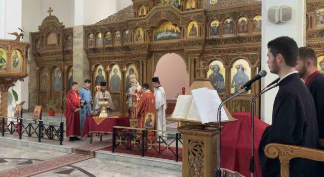 Sot dita e ujit te bekuar , ne kishen ortodokse ne Fier besimtaret ndjekin sherbesen dhe mbushin ujin e bekuar