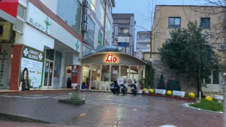 I infektuar me COVID, ish-pedagogu në Elbasan hidhet nga kati i 7-të i pallatit! Policia thyen xhamin e një fast-foodi për ta shpëtuar