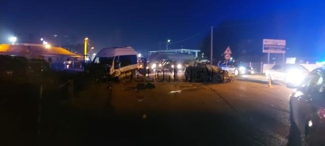 Aksident i rëndë në Elbasan, përplaset makina me autobusin, pesë të plagosur (VIDEO)