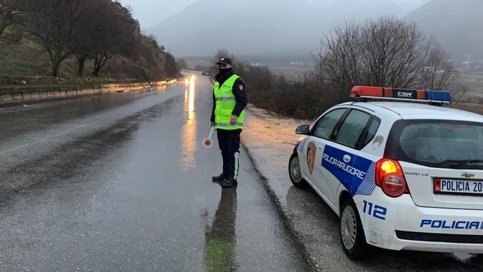 Shirat e rrëmbyeshëm që kanë rënë pandërprerë gjatë orëve të fundit kanë shkaktuar problematika serioze, kryesisht në pjesën jugore të vendit, por edhe në Lezhë, Shkodër e Dibër.
