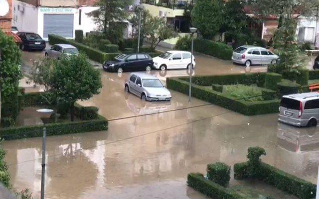 Përkeqësimi i motit/ Situatë problematike në disa zona të Shqipërisë, në Lezhë lagjja 'Beslidhja' 30 cm nën ujë