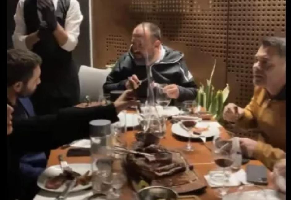 Eksponentë të mazhorancës e shtrojnë me mish në restorantin luksoz në Dubai, ironia e pedagogut: Të përmbytur, qeveria është në krye të detyrës