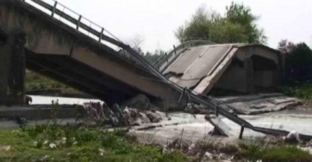 U ndërtua 2 vite më parë, reshjet e dendura të shiut shembin urën/ Situata në vendin tonë, akset e pakalueshme.