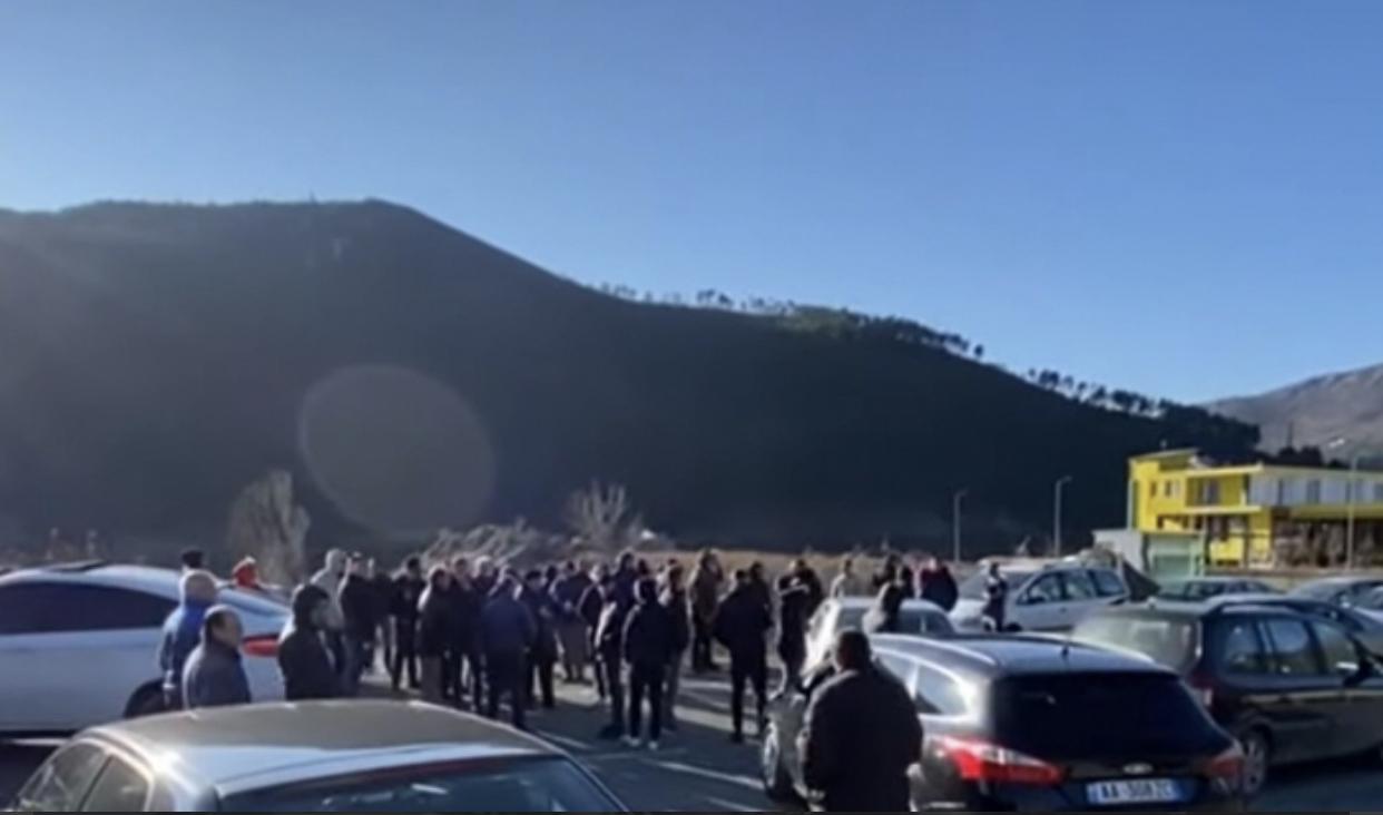 """""""Kanë prishur rrugën për t'iu çuar ujë 10 familjeve që janë me PS-në"""", banorët e tre fshatrave në Mirditë bllokojnë """"Rrugën e Kombit"""""""