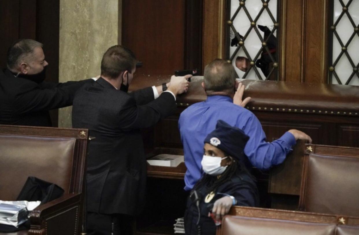 Në SHBA e konsiderojnë 'të pashembullt' mësymjen në Kongres, Policia njofton për 4 të vdekur