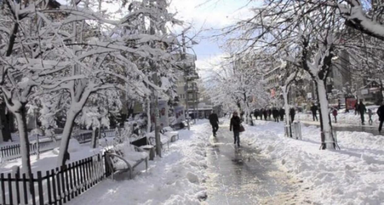"""Acari """"pushton"""" Shqipërinë, meteorologu tregon se kur do të kemi përmirësim të motit"""