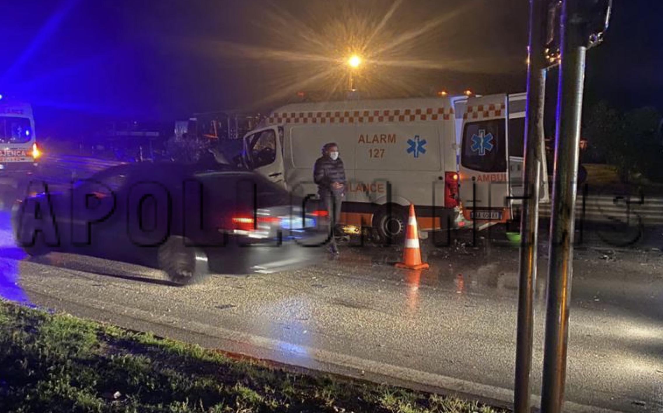 """(Detajet) Aksidenti në """"Bishtin e Zhurit"""", 6 persona dërgohen në spital në Durrës. Ambulanca u përplas më një mjet"""