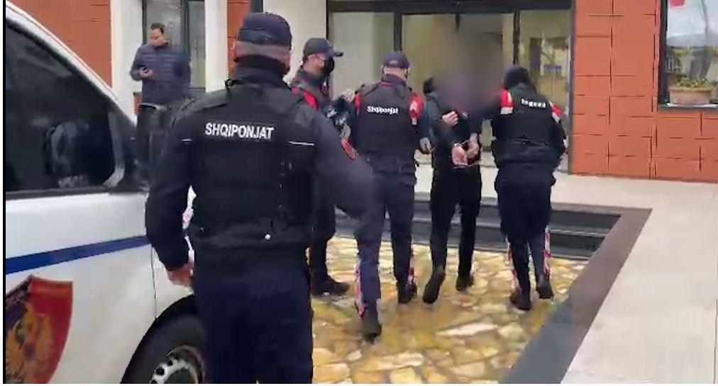 """Një 27 vjeçar është arrestuar në Vlorë pasi ishte shpallur në kërkim për """"Armëmbajtja pa leje"""" dhe """"Prishja e qetësisë publike""""."""