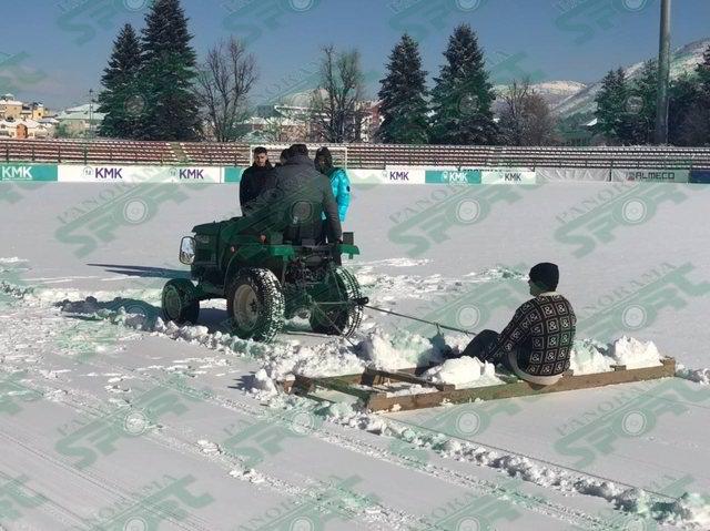 Ja si pastrohet bora në stadiumin e 'Skenderbeut' në Korçë
