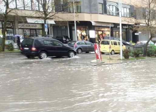 Përmbyten nga shirat e dëndura rrugët e qytetit të Vlorës
