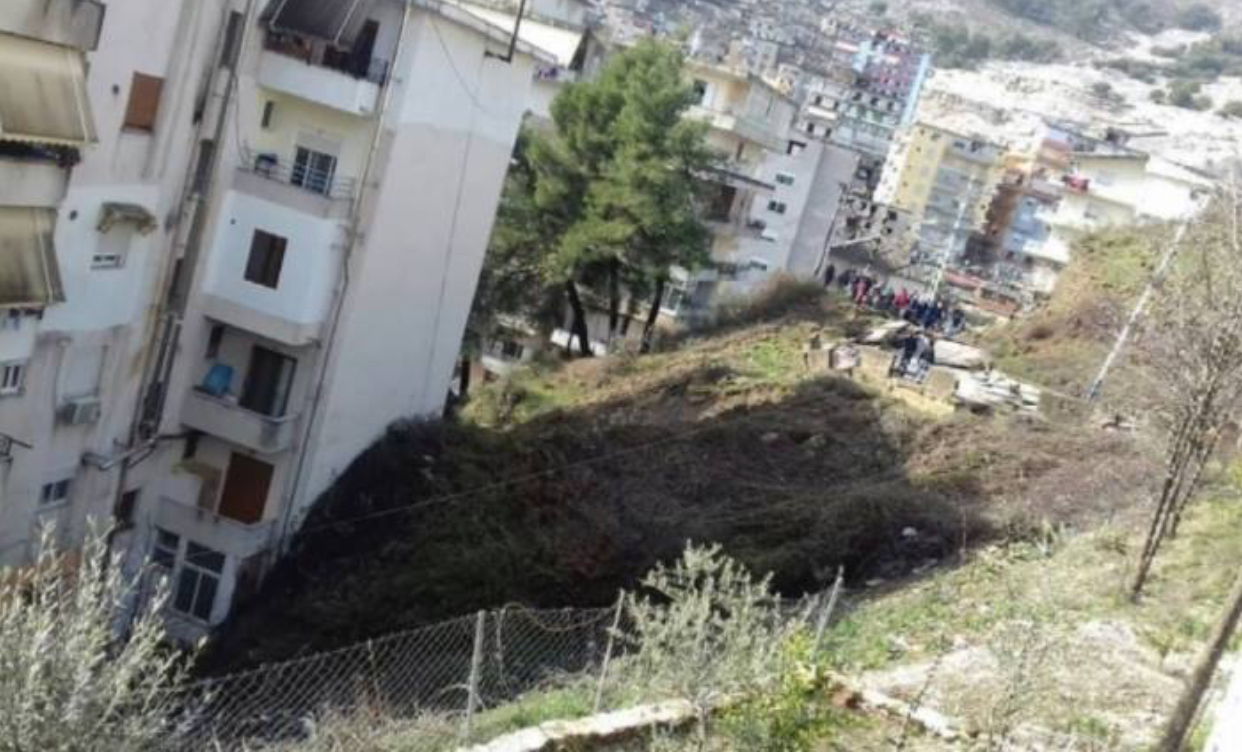 Rrëshqitje dheu në pallatin 5 katësh, alarmohen banorët në Gjirokastër