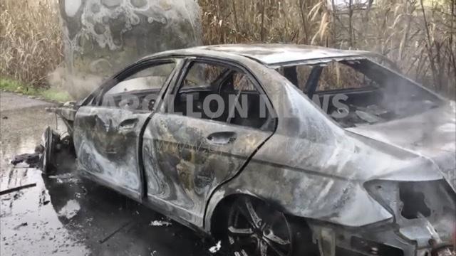 Shkrumbohet nga flakët automjeti në Fier, zjarrëfiksja dhe policia 30 minuta me vonesë.