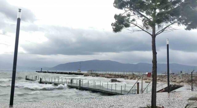 Trageti i linjes Brindisi – Vlore mbetet ne det te hapur, era e fuqishme pengon tragetin te ankorohet.