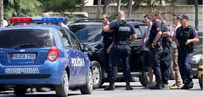 Plagosin dy punonjës të Policisë që ishin jashtë shërbimit, arrestohen dy vëllezërit