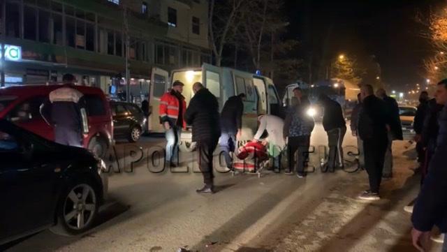 Aksident i rënde në Fier, makina perplas dy kalimtarë