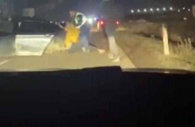 VIDEO/ Policët shkon të ndalojë sherrin mes të aksidentuarve, por rrihen me shkopinj