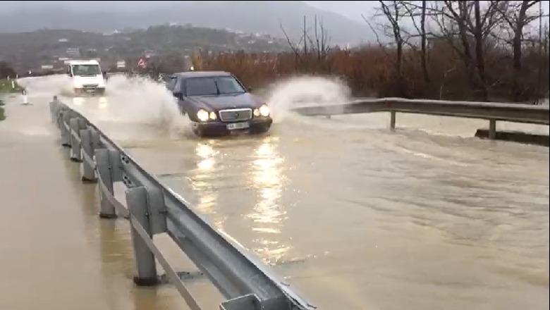 Moti me shi, del nga shtrati lumi Bistricë! Vështirësi në lëvizjen e makinave në aksin Sarandë–Gjirokastër