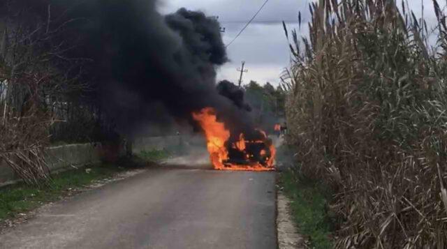Gjendet e djegur një makinë pak km larg vendit te vrasjes ne Fier