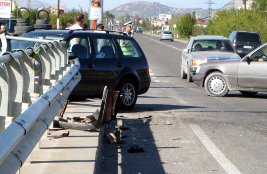 I dehur në timon, 32-vjeçari përplas me makinë një person në aksin Fushë Krujë- Tapizë, transportohet me urgjencë në spital 42-vjeçari