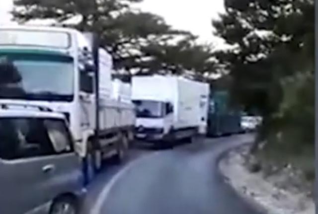 Kamioni pëson defekt në rrugë, trafik i madh në Qafën e Llogarasë