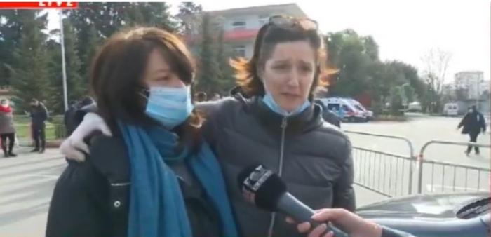 'Ju lutem mos i sillni të afërmit këtu', thirrja DRITHËRUESE e dy motrave, denoncojnë para Infektivit: Kemi prova se babain e lanë të vdiste në karrige