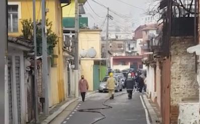 """LAJM I FUNDIT/ Përfshihen nga flakët disa banesa tek """"Shkolla e Kuqe"""" në Tiranë, banorët dalin të alarmuar në rrugë"""
