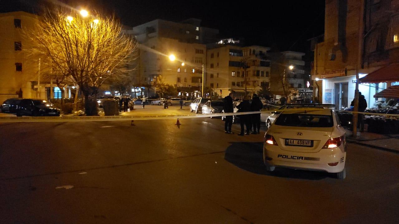 (VIDEO) Atentat në afërsi të bibliotekës në Vlorë, autorët qëllojnë nga makina me armë zjarri, vdes 1 person