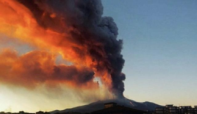 """Shpërthen vullkani ETNA në Itali, zona përreth nën """"pushtimin"""" e tymit"""