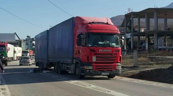 Aksident i frikshëm në Librazhd, kamioni përplas motorrin me dy persona, burrë e grua në gjendje të rëndë