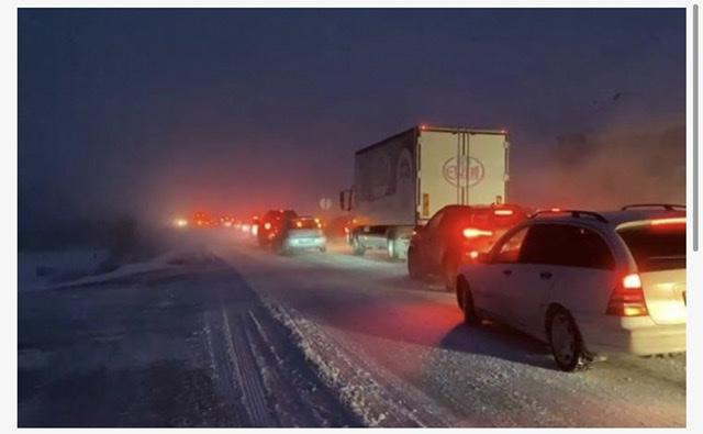 Bora bllokon vendin: Qindra qytetarë kalojnë natën në rrugë, disa fshatra të izoluara dhe pa energji